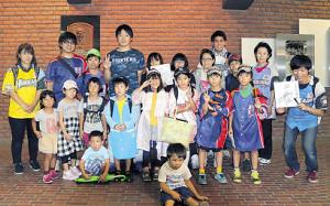 試合前に旭川隣保会トキワの森の子供たちと記念写真を撮る日本ハム・玉井(後列左から4人目)