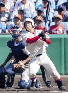 6回2死一塁、智弁和歌山・東妻が右中間に勝ち越し三塁打を放つ
