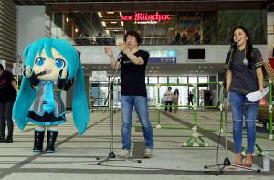 オープニングセレモニーに登場した(左から)ミクダヨー、クリプトン・フューチャー・メディア社の伊藤博之代表、浅川悠