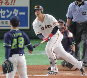 6回2死、右中間スタンドに20号ソロ本塁打を放った岡本和真