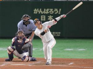 4回1死塁、左翼席に30号ソロ本塁打を放つ坂本勇人