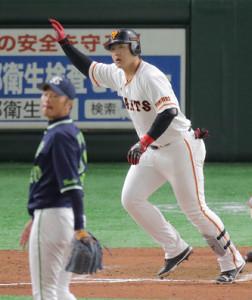 8回1死一、二塁、21号同点3ランを放つ岡本和真