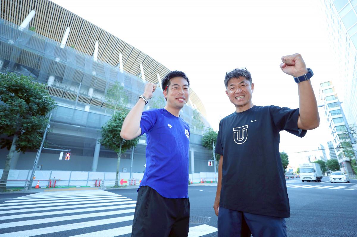 マラソンのスタート地点でガッツポーズする太田涼記者(左)と竹内達朗記者