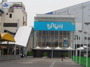 「TONDEMI」はボートレース平和島と場外発売所に挟まれて立つ