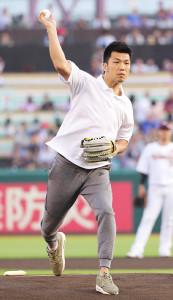 始球式をする村田諒太