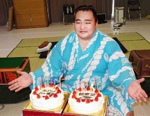 34歳の誕生日を迎え、お祝いを受ける鶴竜