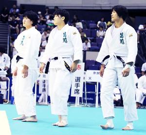 女子団体で2回戦を突破した富士学苑(左から平野、瀬戸、黒田)