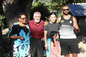 記念撮影するリーチ一家の(左から)母・イヴァさん、父・コリンさん、妻・知美さん、娘・アミリアさん