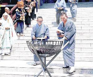 円朝忌で扇子供養を行う落語協会・柳亭市馬会長(右)と林家正蔵副会長