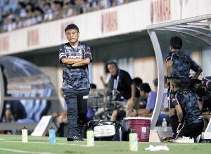 試合中にベンチで腕を組む湘南・曹監督(カメラ・矢口 亨)
