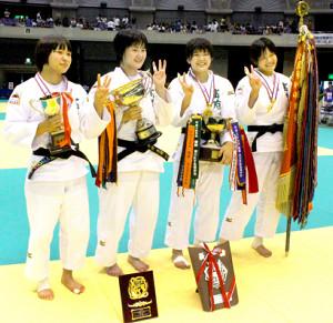 女子団体で初優勝した富士学苑は「3冠」ポーズ