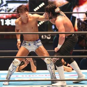第8試合、ジェイ・ホワイト(右)を攻める飯伏幸太