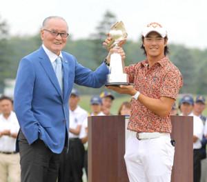 14年大会で長嶋茂雄大会名誉会長から優勝トロフィーを贈られ笑顔の石川遼