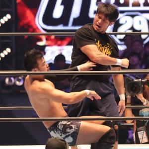 第6試合終了後、KENTA(左)にパンチを見舞う柴田勝頼(カメラ・橘田 あかり)