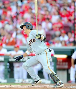 1回2死一、三塁、左前適時打を放つ小林