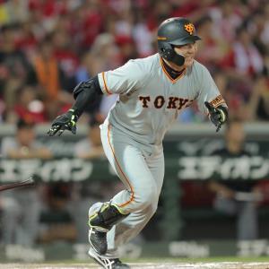 8回1死一塁、丸佳浩が右前安打を放つ