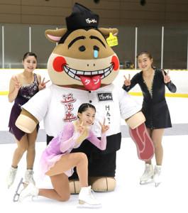 大会のマスコット「げんちゃん」とポーズを取る(左から)白岩、横井、坂本