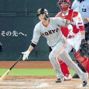 8回1死二塁、坂本勇が右前適時打を放つ