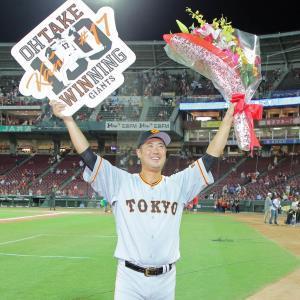 打者4人を抑えてプロ通算100勝を飾った大竹寛はボードと花束を掲げて笑顔を見せた(カメラ・泉 貫太)