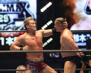 第7試合、パンチをくらわすオカダ・カズチカ(左)、鈴木 みのる(右)(カメラ・橘田 あかり)