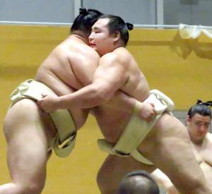 鶴竜(右)は正代を指名して夏巡業初の三番稽古を行った
