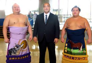 元安美錦の安治川親方(中央)は同じ青森県出身の宝富士(左)、阿武咲(右)と記念撮影