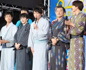 拳を握る田中圭(前列左から3人目)ら出演者たち