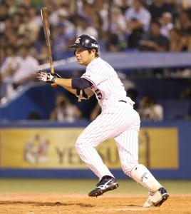 4回2死三塁、左前適時打を放つ代打・川端慎吾
