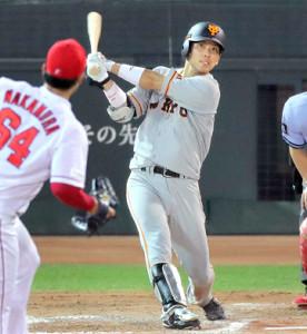 8回2死、大城卓三が左中間三塁打を放つ(投手・中村恭平、カメラ・相川 和寛)