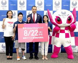 東京パラリンピック競技スケジュール発表イベントに出席した室伏広治スポーツディレクターら(左から3人目)