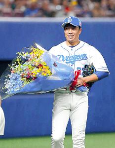 通算1000投球回を達成し、花束を贈られた大野雄
