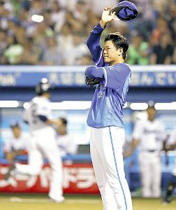 4回2死一塁、太田に適時三塁打を打たれ、汗を拭う上茶谷