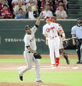 7回無死、鈴木を遊飛に打ち取り打球を指さすメルセデス