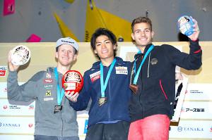 表彰式で笑顔を見せる(左から)2位のヤコブ・シューベルト、1位の楢崎智亜、3位のヤニック・フロヘ