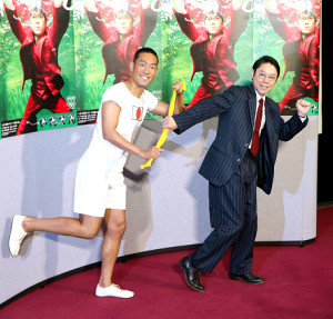 「いだてん」の主役たすきリレーを行った中村勘九郎(左)と阿部サダヲ