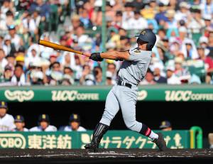 1回2死、仙台育英・小濃塁は追加点となる右中間へのソロ本塁打を放つ
