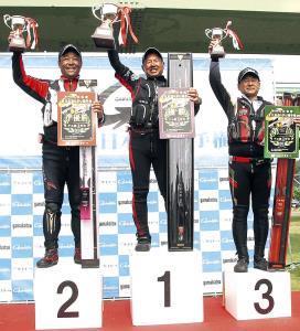表彰台でカップを掲げる(左から)準優勝・谷川、優勝・楠本、3位田嶋の3選手