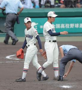 2回途中でマウンドを降りる習志野・山内翔太(右は飯塚脩人、カメラ・石田 順平)