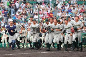 習志野に勝利した鶴岡東ナインは、笑顔でアルプススタンドへ向かって駆け出す(カメラ・義村 治子)