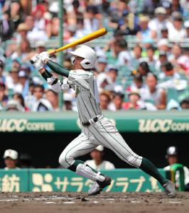 2回1死一、三塁、鶴岡東・山路将太郎は先制となる右前適時打を放つ(カメラ・義村 治子)