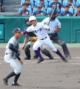 5回1死三塁、関東第一・野口洋介が左前に勝ち越しの適時打を放つ(カメラ・二川 雅年)