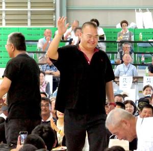 故郷の青森・板柳町に初凱旋して手を振る元高見盛の振分親方