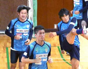 中村俊輔(右)と三浦知良