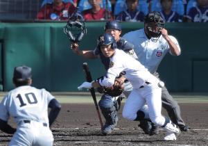 2回1死一塁、送りバントを決める鳴門・藤中壮太(カメラ・石田 順平)
