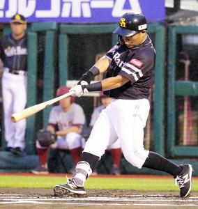 1回無死二塁、中村晃が右翼線に先制の適時三塁打を放つ