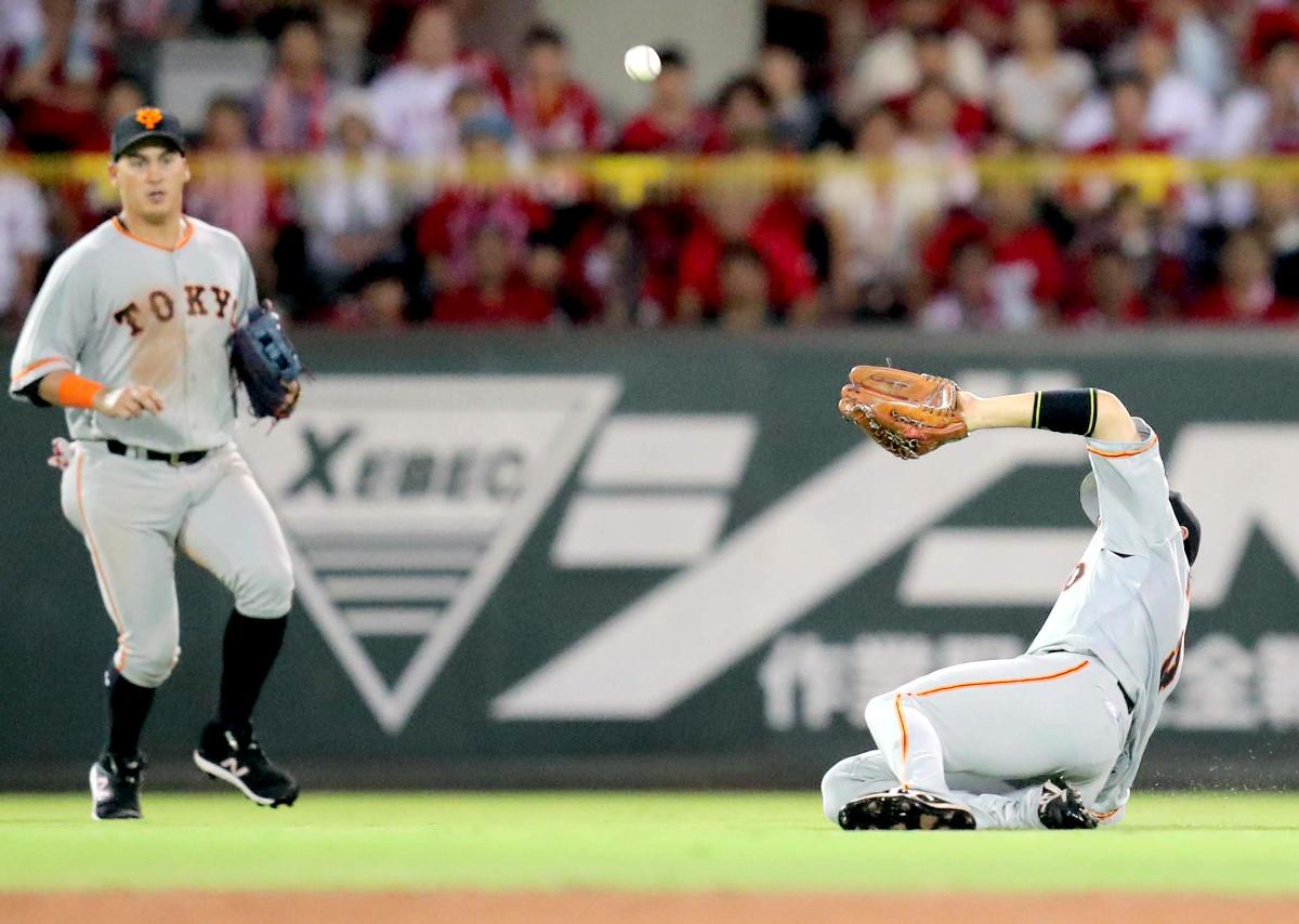 6回無死一塁、小園の飛球は風に押し戻され、中堅手・丸が前進してスライディングキャッチ