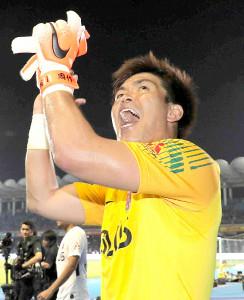 試合後、サポーターの声援に応える浦和・西川周作