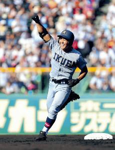 初回2死、右中間へ本塁打を放った仙台育英の4番・小濃(カメラ・義村 治子)