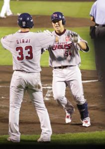 2回無死二塁、武田から、中越えに同点の2号2ラン本塁打を放った和田