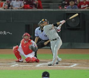 7回無死一塁、坂本勇人が左中間適時二塁打(捕手・会沢翼)(カメラ・相川 和寛)